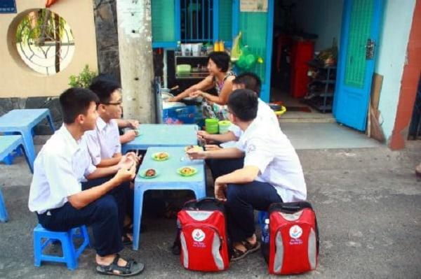 Học sinh là đối tượng hướng đến của những quán kinh doanh đồ ăn vặt