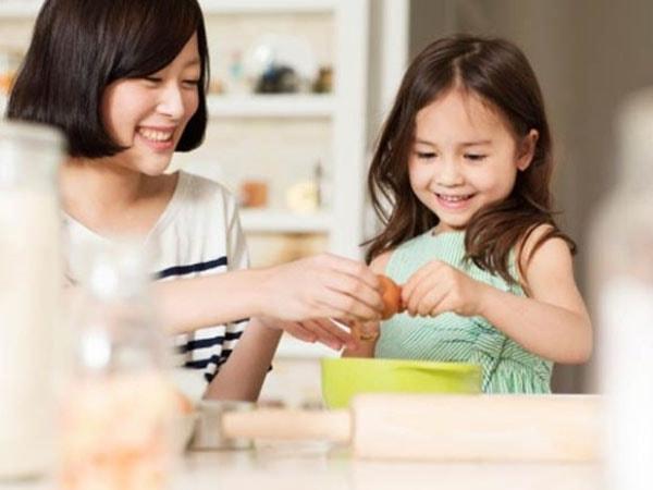 Để trẻ cùng hòa mình vào những hoạt động của người lớn