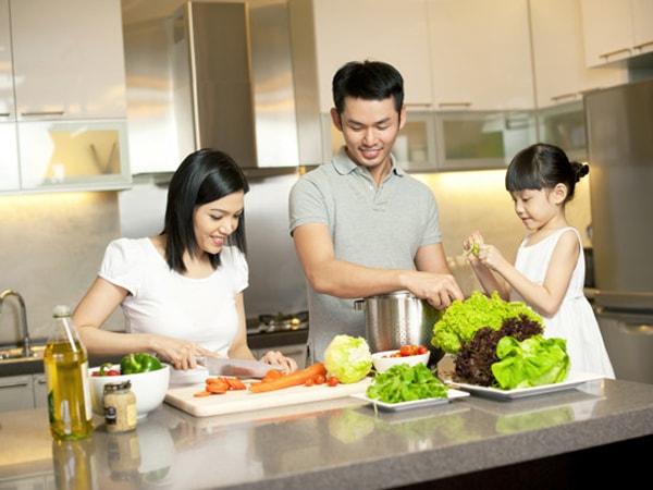 Cho con tham gia nấu ăn cùng bố mẹ