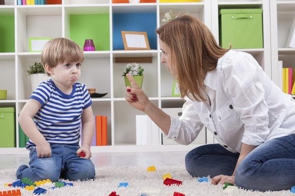 Khi bé thường xuyên giận dỗi, dễ khóc là lúc bạn cần lưu ý đến việc dạy trẻ cách kiềm chế cảm xúc