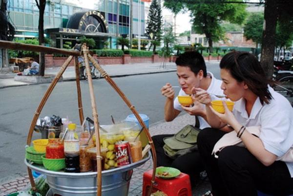 Quầy đồ ăn sáng bán trước cổng trường học
