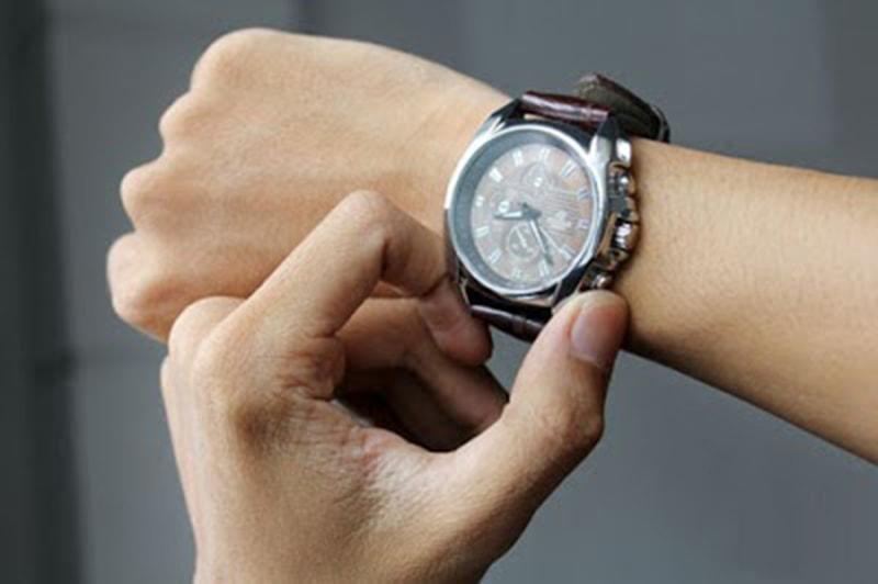 Đeo đồng hồ tay phải